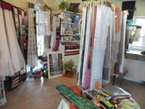 függönyvarrás székesfehérvár: a bolt belseje: függönyök