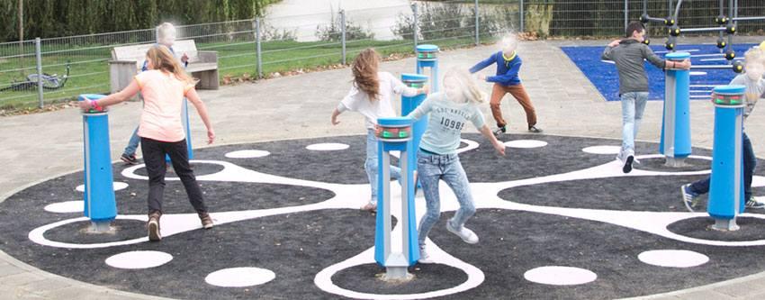 7 pózna. Mindegyik emlékezik. A gyerekek játszanak rajta, és különböző programok szerint kell mozogniuk, emlékezniük, tanulniuk.