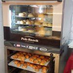 Friss pogácsa, Friss kakaós csiga és más egyéb sütésre váró péksütemények.