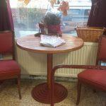 Hatvanas évekből származó kárpitozott szék a kávézósarokban