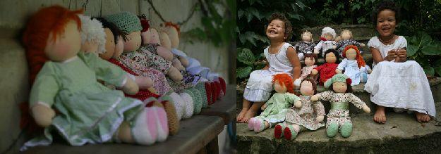 Két hangulatkép a természetes anyagú babákkal. Egyiken a padon ülnek, a másikon a két kislánnyal a lépcsőn