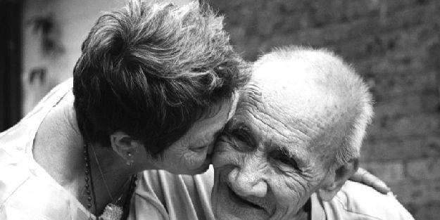 idős asszony és férfi szeretik egymást