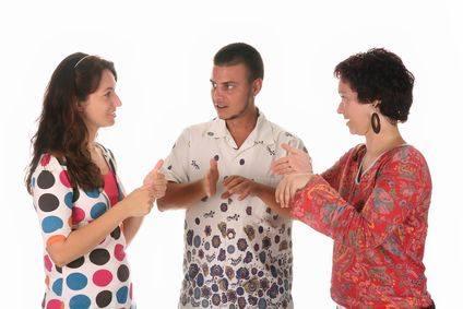 Három siket ember jeleléssel kommunikál egymással