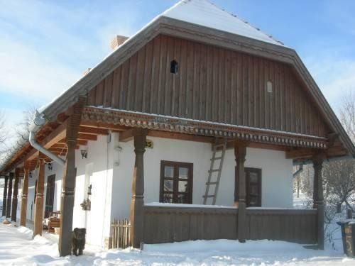 Kamilla vendégház téli hóban és napsütésben