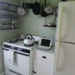 Tűzhely, hűtőgép a konyhábhan. Háztartásigép szerelő.