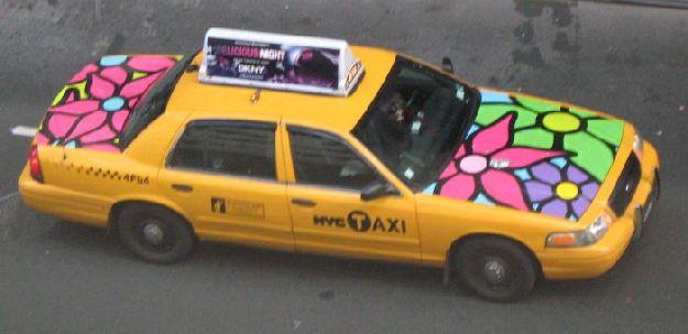 Taxi, nagy virág rajzolva rá.