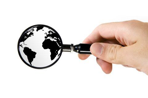 weboldal elemzés: egy kis földgömböt nagyító alatt nézünk.
